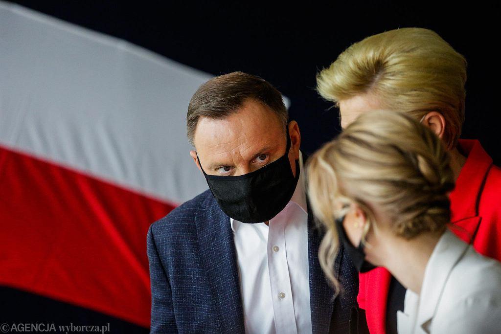 Andrzej Duda wraz z żoną i córką podczas głosowania w lokalu przy ul. Mackiewicza w Krakowie