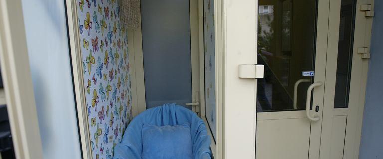 Matka zostawiła dziecko w oknie życia. Następnego dnia po dziewczynkę wrócił ojciec