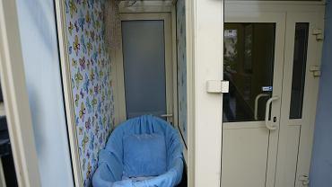 Matka zostawiła dziecko w 'oknie życia'. Następnego dnia po dziewczynkę wrócił ojciec