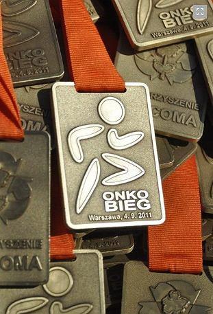 Onkobieg 2011 - w ciągu 60 minut każdy uczestnik może pokonać tyle okrążeń ile chce na 1-kilometrowej trasie wokół Centrum Onkologii. Bieg jest wyrazem solidarności z chorymi na nowotwory. Medal z 2011 roku.