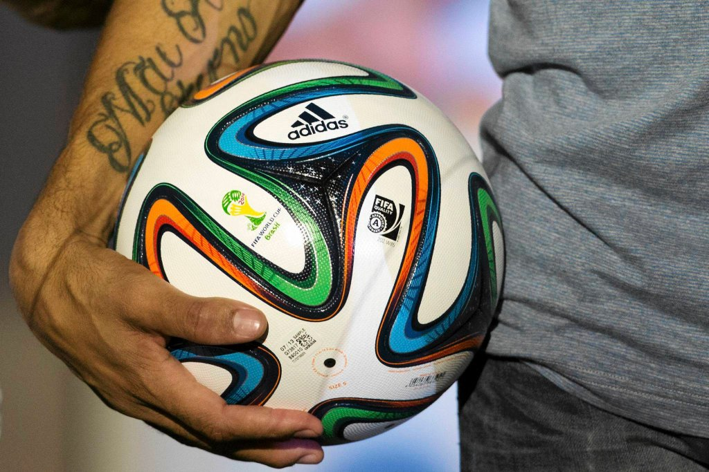 W Rio de Janeiro zaprezentowano oficjalną piłkę Mistrzostw Świata 2014. Brazuca - bo tak nazywa się piłka - udekorowana jest różnokolorowymi wstęgami, które przypominają tradycyjne