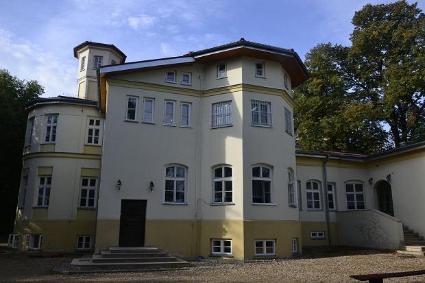 Dworek w Szynczycach,  gdzie ponad 80 lat temu doszło  do linczu na zarządcy majątku Justynie Czernickim. Wkrótce dworek upaństwowiono  i urządzono w nim szkołę,  która mieści się tam do dziś