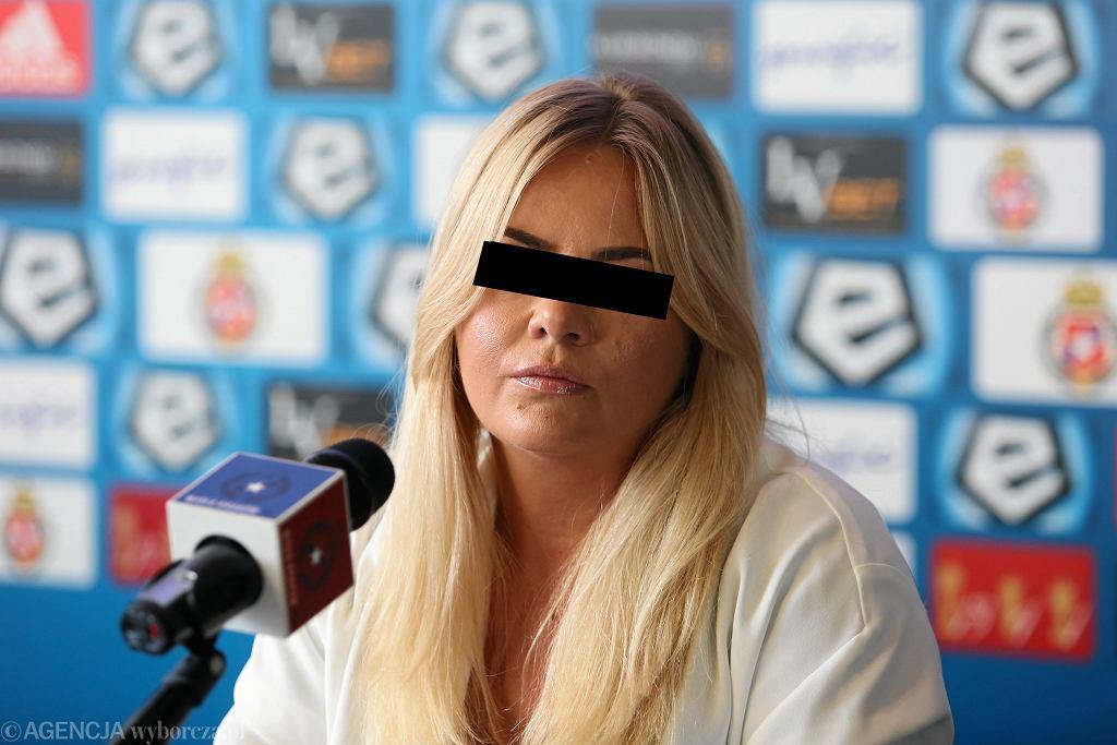 Marzena S., była prezes Wisły Kraków, podejrzana o udział w zorganizowanej grupie przestępczej. Na zdjęciu: podczas konferencji prasowej w siedzibie klubu, 16 sierpnia 2018