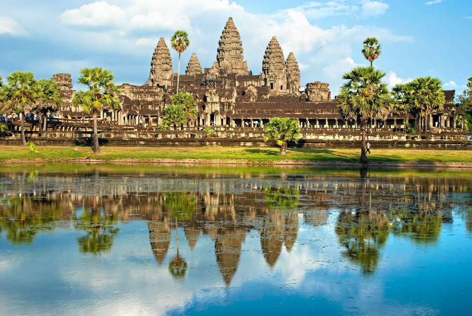Angkor Wat, hinduistyczno-buddyjski kompleks świątyń z początku XII w., wybudowany przez króla Surjawarmana II. To dziś zabytek klasy zerowej Światowego Dziedzictwa Kultury UNESCO i główna atrakcja turystyczna Kambodży, odwiedzana rocznie przez 2 mln osób. Do połowy XIX w. o tajemniczych posągach i świątyniach wiedzieli tylko miejscowi rolnicy i mnisi. Dla reszty świata odkrył je 33-letni Francuz Henri Mouthot w 1858 r.