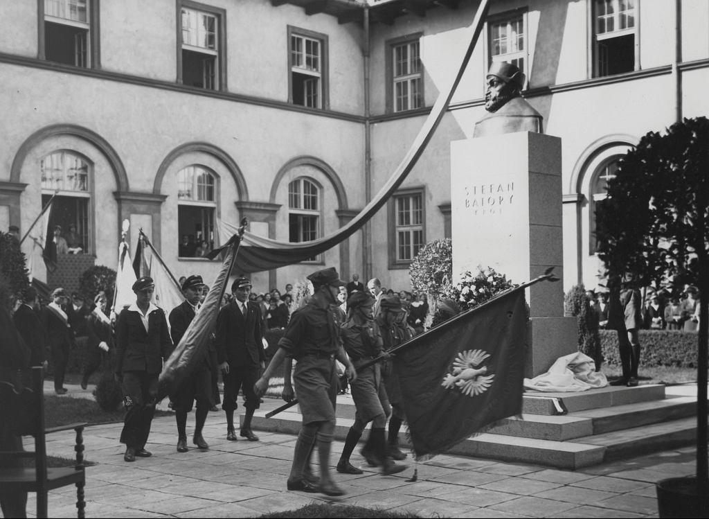 Uroczystość odsłonięcia popiersia króla Stefana Batorego na dziedzińcu męskiego I Państwowego Liceum i Gimnazjum jego imienia. Warszawa, 27 września 1933 r.