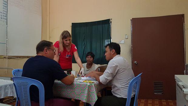 Lekarze z Polski przyjmują pacjenta w szpitalu w Wakema