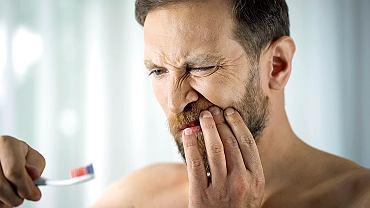 Amerykańscy stomatolodzy zgłaszają przypadki osób, którym po COVID-19 wypadają zęby, choć wcześniej nigdy nie miały problemów stomatologicznych.