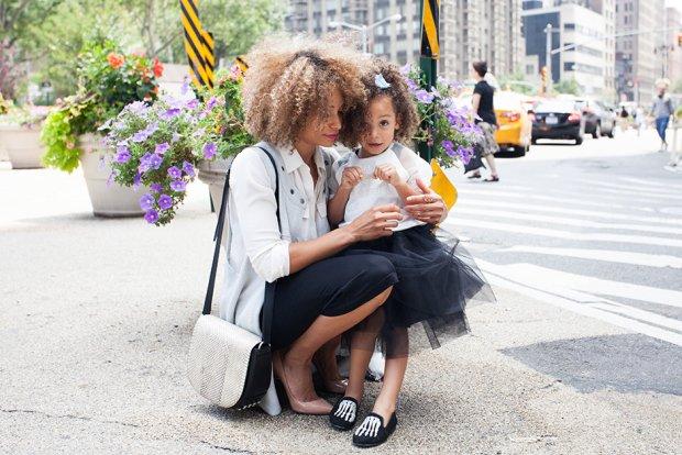 Matka - zamiast zająć się pracą, bawi się z dzieckiem
