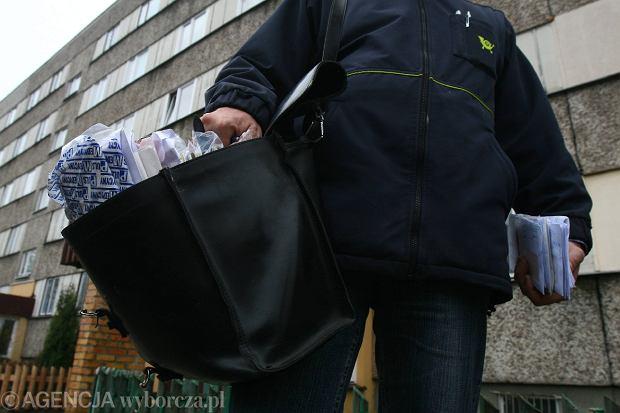 Zdjęcie numer 1 w galerii - Listonosze muszą sprzedawać znicze? Poczta Polska wyjaśnia