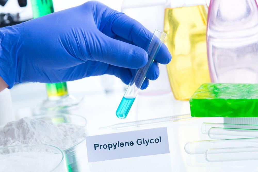 Glikol propylenowy to bardzo popularny związek chemiczny, którego używa się w przemyśle spożywczym, farmaceutycznym, tytoniowym i kosmetycznym.