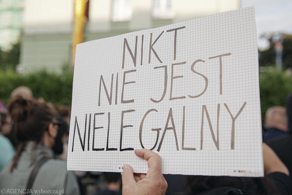 Manifestacja We are dying . Help ! - Solidarnosc z uchodzcami na granicy w Warszawie