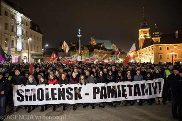 95. miesięcznica smoleńska na Krakowskim Przedmieściu w Warszawie ściągnęła prawdziwe tłumy.