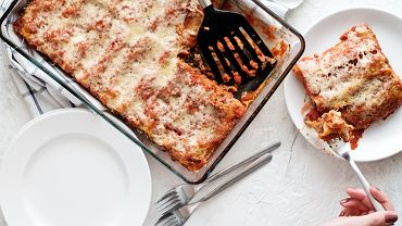 Cannelloni to nic innego jak rodzaj włoskiego makaronu w kształcie pustych w środku rurek