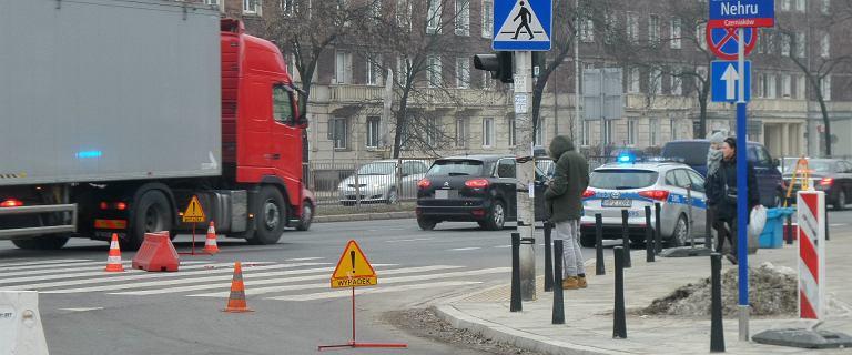 Wypadek na rogu Czerniakowskiej i Gagarina. Mężczyzna śmiertelnie potrącony przez ciężarówkę