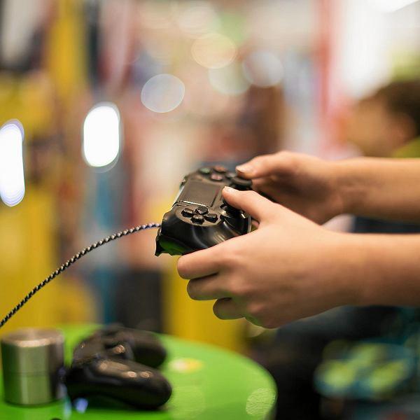 Centrum handlowe Skende Shopping właśnie zmieniło się w arenę gier wideo. Miłośnicy Lego Games sprawdzają na niej swoje siły i umiejętności. Uczestnicy turnieju mogą wygrać prezenty od Lego. W sumie do rozdania jest aż tysiąc upominków. Można je zdobyć codziennie, do niedzieli 24 lutego. Natomiast najmłodsi klienci mogą się pobawić w konstruktorów i zbudować z klocków przeróżne konstrukcje. Główna strefa turnieju jest w miejscu, gdzie Skende łączy się z Ikea. Tam znajdują się cztery stanowiska do gry. Na graczy czeka osiem konsoli podłączonych do telewizorów. Niedaleko jest druga strefa z kolejnymi czterema stanowiskami. Każdego dnia animatorzy prowadzą w strefach mini turnieje. Gracze mierzą się w grach - Lego Star Wars, Lego Iniemamocni, Lego Marvel Super Heros oraz Lego Jurassic World. Natomiast obok sklepu Smyk jest strefa Duplo, z większymi klockami, gdzie budować mogą najmłodsze dzieci.  Wszystkie strefy gier są czynne od godz. 11 do 19, a turnieje odbywają się od godz. 13.30, a w kolejny weekend od godz. 11.15. Udział w zabawie jest bezpłatny. pko