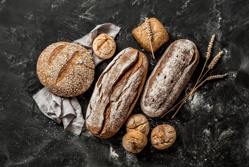 Pieczywo dłużej zachowuje świeżość dzięki chlebakowi.