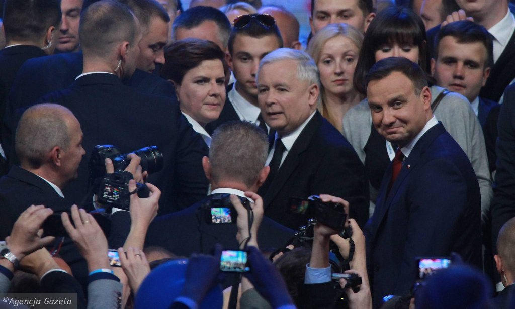 Warszawa, 20 czerwca 2015 r. Beata Szydło (wtedy kandydatka na premiera), prezes PiS Jarosław Kaczyński i prezydent Andrzej Duda podczas pierwszej po wyborach prezydenckich konwencji PiS-u