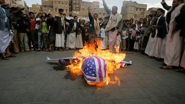 Rebelianci Houthi palą makietę symbolizującą amerykański samolot