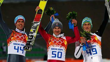 Bardal i Prevc pozują ze Stochem. Pierwsi medaliści w skokach z Soczi