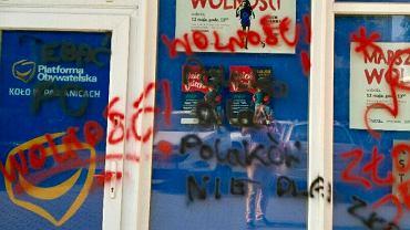 W Pabianicach zdemolowano biuro poselskie Cezarego Tomczyka