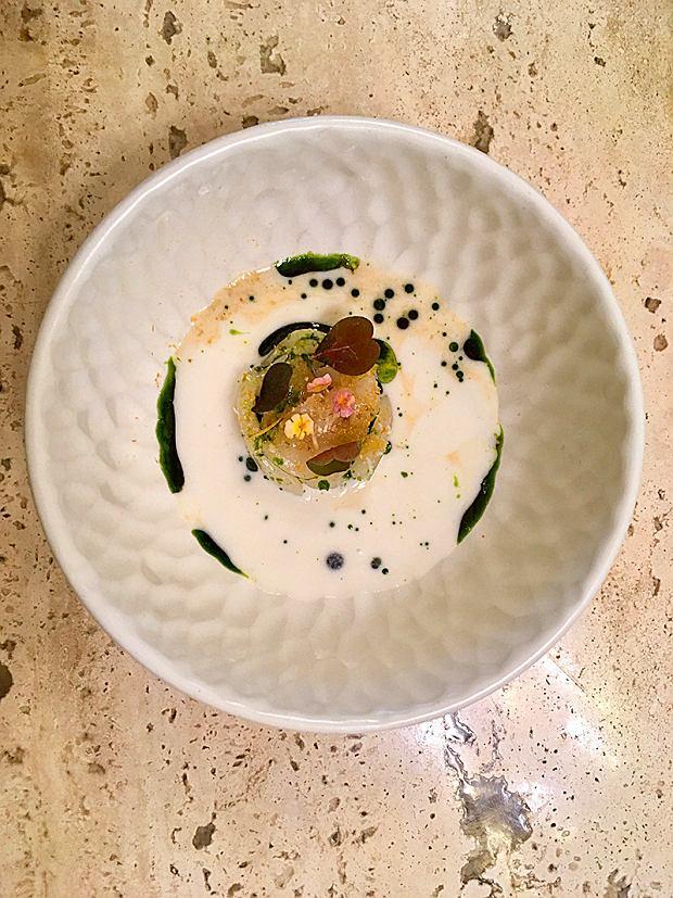 Singapur, restauracja Nouri, wywar zsiedmiu korzeni zkroplą oleju pietruszkowego