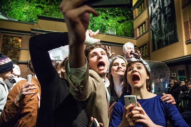 Kadr ze spektaklu 'Ludzkość w obłędzie'