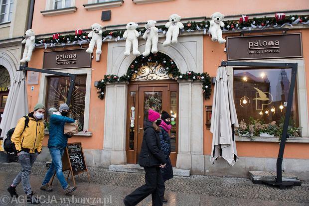 Zdjęcie numer 33 w galerii - Tłumy na Rynku we Wrocławiu. Spacery z jedzeniem na wynos i puszczanie baniek