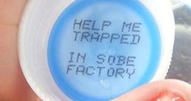 """""""Pomóż mi, jestem uwięziony w fabryce"""". Niesmaczny żart producenta napoju czy prawdziwa prośba o pomoc?"""