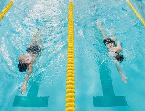 Trening pływacki przyspiesza metabolizm, wysmukla ciało i rzeźbi mięśnie.