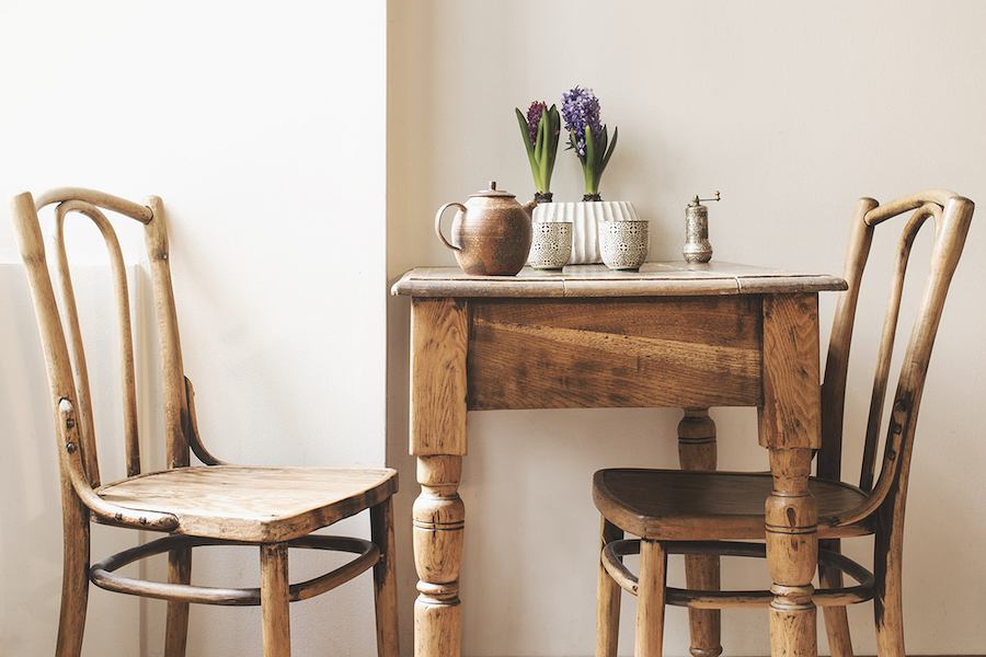 Krzesła gięte z fabryk Thoneta powstawały z drewna bukowego, które gotowano w wodzie lub parze wodnej, a następnie osuszono w specjalnych metalowych formach