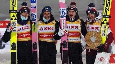 Polacy na podium podczas drużynowego konkursu skoków podczas zawodów Pucharu Świata w skokach narciarskich.
