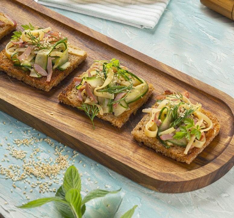 Grzanki z sałatką z szynki, sera i ogórka marynowanego