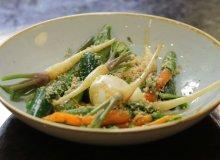 Młode warzywa pod migdałową kruszonką - ugotuj