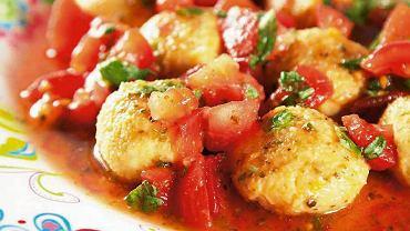 Pulpeciki z ciecierzycy z pomidorową sałatką