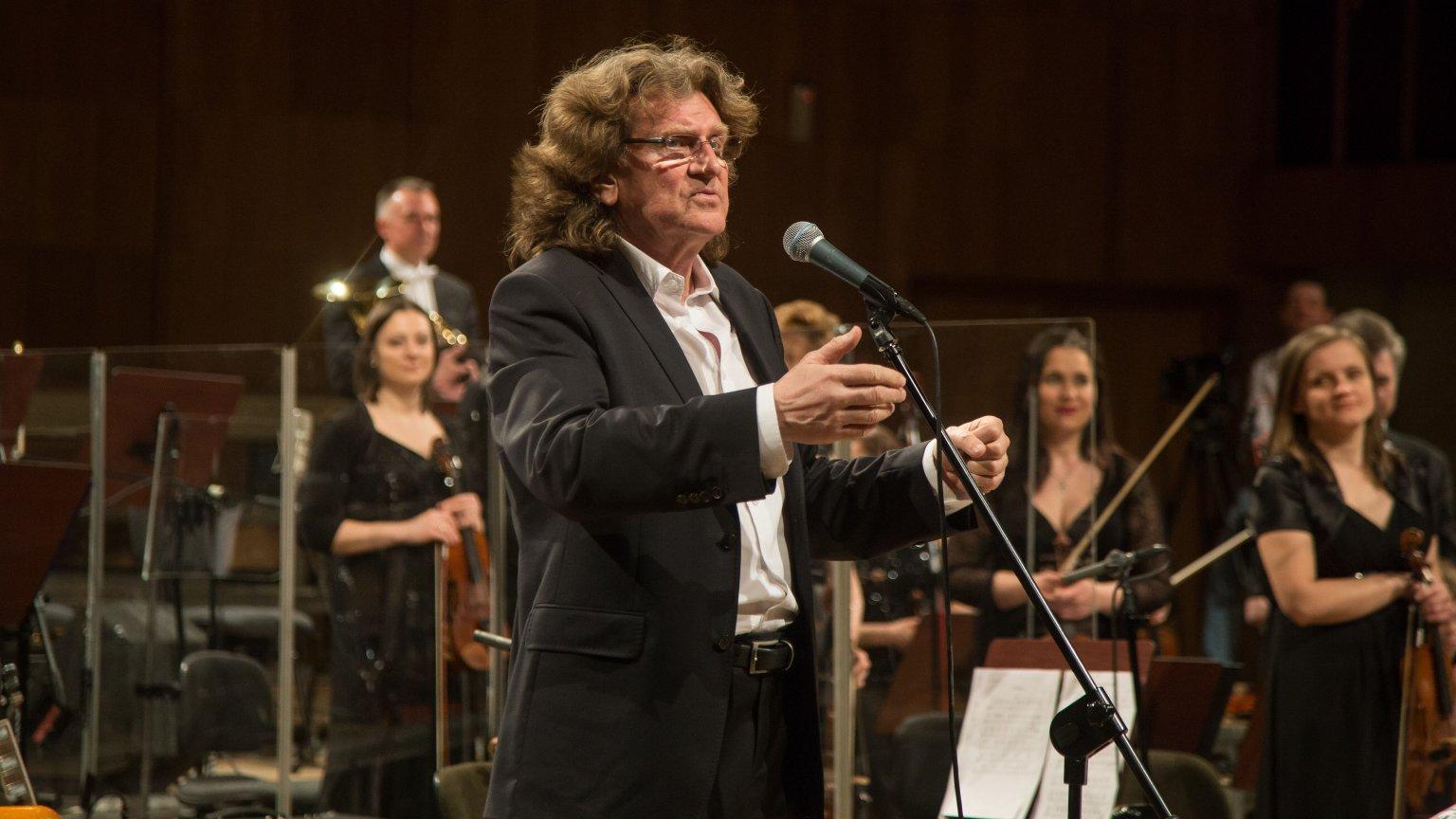 Zbigniew Wodecki podczas koncertu z zespołem Mitch & Mitch