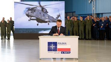 Mariusz Błaszczak podczas podpisywania umowy na zakup czterech śmigłowców AW101