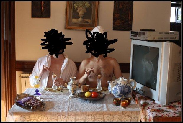 Mężczyźni metroseksualni przy wykwintnym śniadaniu (Fot. Make Life Harder)