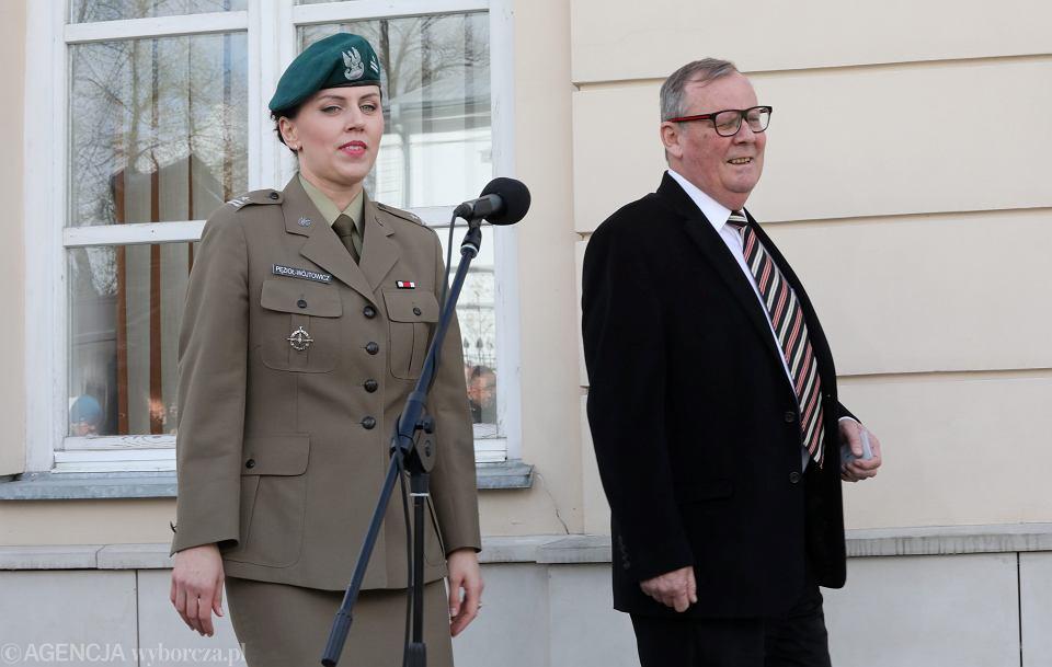 Przewodniczący komisji smoleńskiej przy Ministerstwie Obrony Wacław Berczyński i nowa rzecznik MON major Anna Pęzioł - Wójtowicz podczas konferencji prasowej, 6 kwietnia 2017.