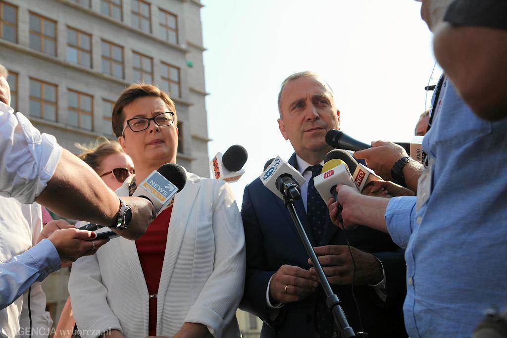 Grzegorz Schetyna poinformował, że PO oficjalnie wycofuje rekomendację dla Kazimierza Michała Ujazdowskiego jako kandydata na prezydenta Wrocławia. Nowego - wskaże Nowoczesna.