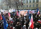 """Marsz """"My, Naród"""" idzie ulicami Warszawy. Po horyzont morze ludzi [WIDEO]"""