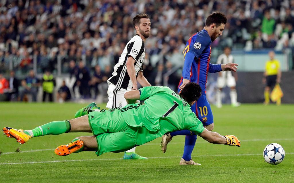 Wspaniała parada bramkarza Juventusu Gianluigi Buffona, obok Miralem Pjanic i Lionel Messi