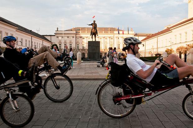 Rowerzyści jadą przed Pałacem Namiestnikowskim w Warszawie