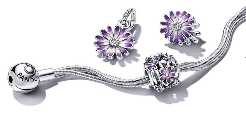 Srebrna bransoletka z charmsami ozdobionymi fioletową emalią z kolekcji Pandora Garden