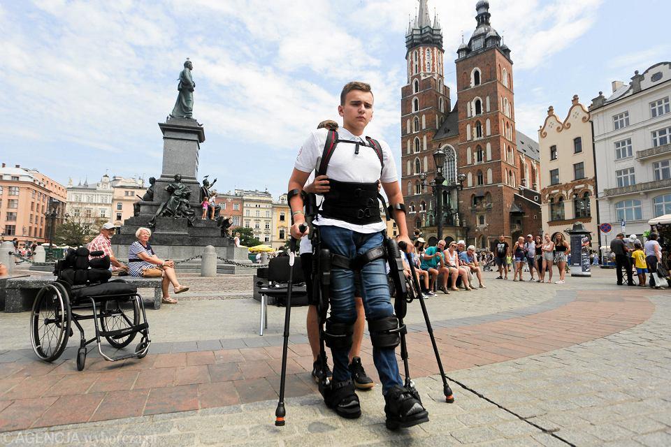 Zdjęcie numer 1 w galerii - Niepełnosprawny spacerował w egzoszkielecie po Rynku Głównym w Krakowie [ZDJĘCIA]
