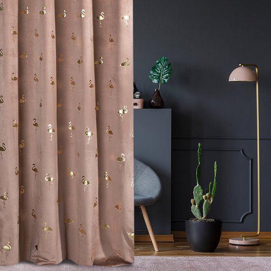 Eurofirany - zasłona w intrygującym odcieniu ze złotymi akcentami świetnie prezentuje się na tle ciemnego koloru ściany.