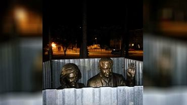 Na Facebooku zamieszczono zdjęcia pomnika pary prezydenckiej w Białej Podlaskiej