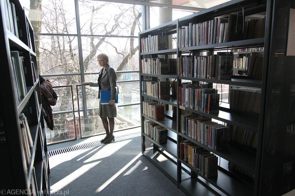 Rok 2011. - Klucze od nowej siedziby otrzymałam w październiku 2010 roku. W marcu 2011 nastąpiło uroczyste otwarcie. W przyszłym roku będziemy świętować 10-lecie - wspomina Elżbieta Kampa, dyrektorka Miejskiej Biblioteki Publicznej.