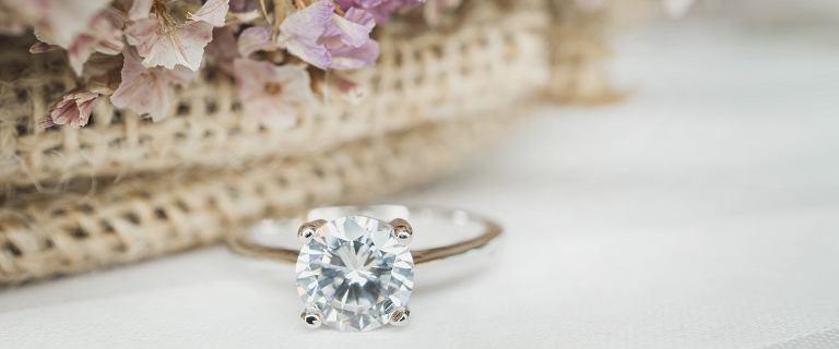 Delikatne pierścionki z kamieniami szlachetnymi. Teraz nawet 75% taniej!