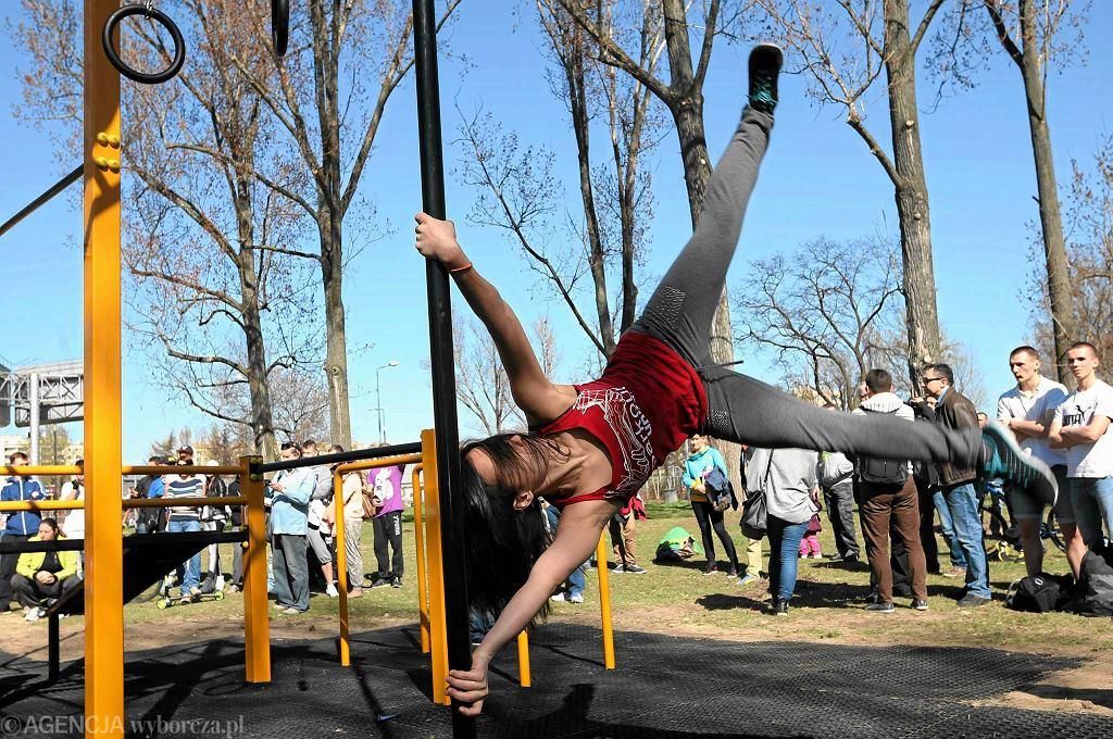 W sobotę na Bemowie został otwarty street workout park - na zdjęciu ćwiczy Marta Kowalczyk ze Stowarzyszenia Parkour United