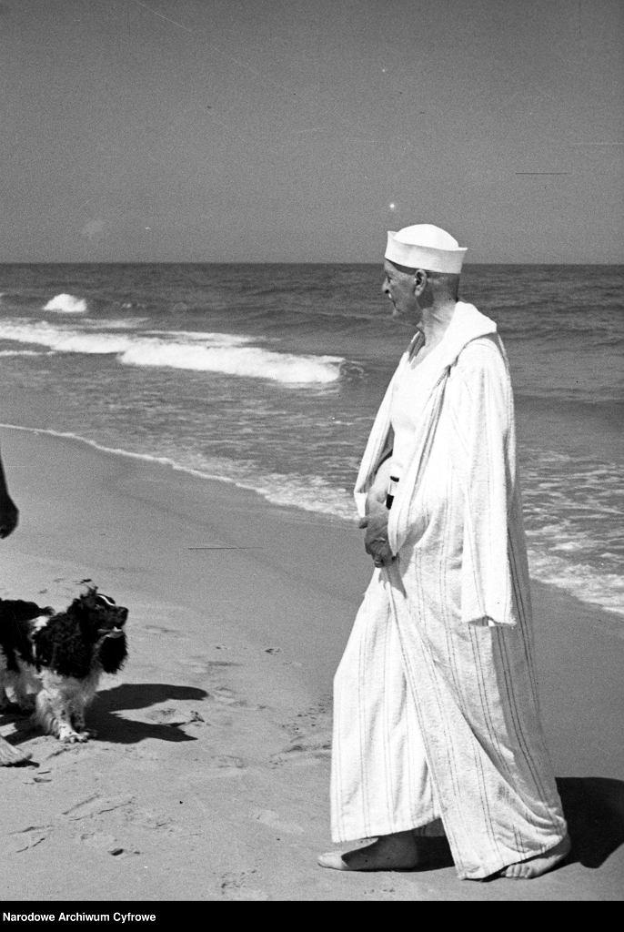 Prezydent RP Ignacy Mościcki w szlafroku na plaży. Lipiec 1937 roku, Jurata